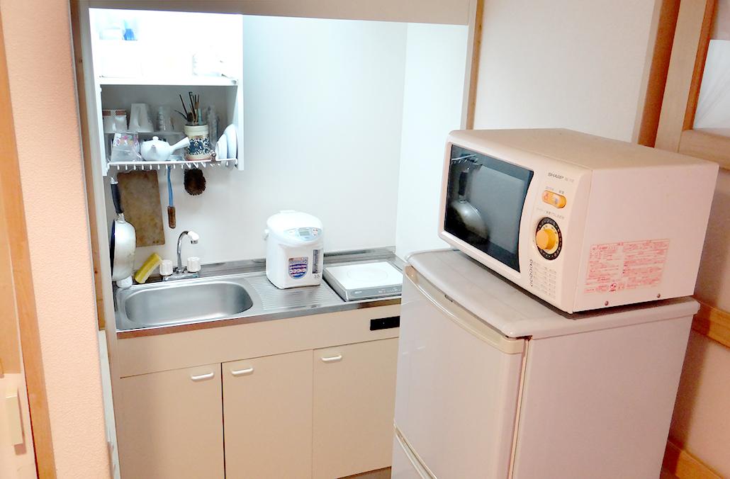 ミニキッチン横には、電子レンジもあります。